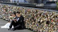 5 Destinasi Romantis Gembok Cinta yang Dipercaya Bikin Hubungan Awet hingga Akhir Hayat