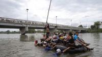 Sejumlah Migran Nekat Berenang & Naik Rakit untuk Masuk ke Amerika