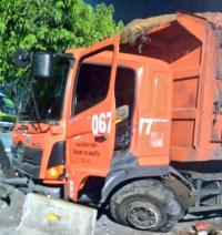 Jakarta Dini Hari: Truk Sampah Hantam Pembatas Jalan dan Motor Ditabrak Lari