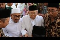 Kunjungi Kalteng, Maruf Amin Dihadiahkan Mandau
