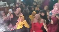 """Ibunda Pramugari Korban Lion Air di Depan Peti Mati: """"Jangan Tinggalkan Ibu Nak"""""""