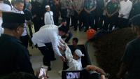 Wiranto Gendong Sendiri Jenazah Cucu Kesayangannya ke Liang Lahat