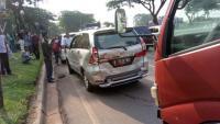 Besi Penyangga Lepas, Truk Tabrak 5 Mobil di BSD Tangsel