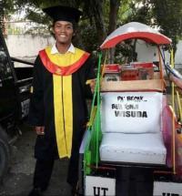 Viral, Hamzah Penarik Becak Bawa Ibunya ke Lokasi Wisuda