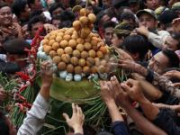 "Warga di Surabaya Suguhkan 10 Gunungan ""Grebeg Maulud"""
