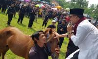 Komit Memajukan Seni Tradisi dan Pariwisata, Maman Imanulhaq Serahkan Door Prize Kuda
