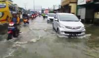 Banjir Jalur Pantura Semarang Makin Tinggi, Lalu Lintas Tersendat
