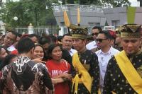 Kagum dengan Jokowi, Seorang Nenek Bersimpuh di Depannya ketika Bertemu
