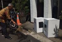 Disemprot Air, KPU Buktikan Ketahanan Kotak Suara Kardus