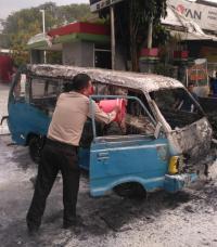 Usai Isi BBM, Angkot Ini Keluar Asap lalu Terbakar di Depan SPBU Ciputat Timur