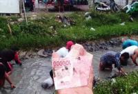 Viral Warga Indramayu Nyemplung ke Selokan Gara-Gara Ada Orang Kaya Buang Duit & Emas