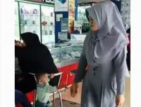 Emak-Emak Isengin Anak hingga Nangis, Netizen: Jahat!