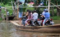 Perahu Terbalik dan Hanyut di Sungai Ciujung Serang karena Dihantam Sampah