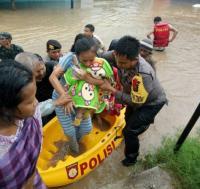 Banjir Makin Parah, Polisi Bantu Evakuasi Warga di Kabupaten Gowa