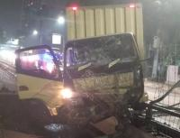 Truk Boks Tabrak Pembatas Jalan di Jakbar hingga Ringsek