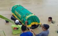 Viral Video Keranda Mayat Dihanyutkan Warga di Sungai Lamong Gresik
