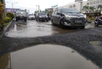 Jalan Arteri Kalimalang Bekasi Rusak Parah, Dipenuhi Lubang seperti Kolam