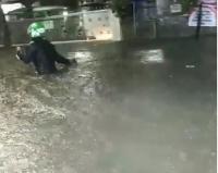 Viral Driver Ojol Terjang Banjir Sepinggang Orang Dewasa demi Antar Pesanan