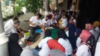 Caleg Perindo Tularkan Ilmu Membuat Ayam Goreng Krispy di Tugu Cimanggis Depok
