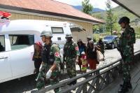 Prajurit Kostrad Bantu Persalinan Warga di Puncak Jaya Berlangsung Dramatis