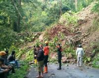Jalan Raya Lumajang-Malang Terputus Akibat Tebing 5 Meter Longsor