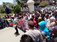 Warga Kota Sorong Demo Tolak Kedatangan Rocky Gerung