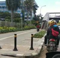 Viral Pemotor Terobos Trotoar lalu Naik JPO di Jakut, Komentar Netizen Bikin Ngakak