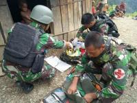 Satgas Yonif Mekanis Raider 412/Kostrad Bantu Persalinan Ibu yang Terjebak Longsor