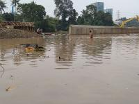 Banjir Setinggi Dada, Warga Tangerang Panik Lupakan Barang-Barang