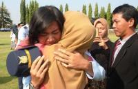 Tangis Anisa Pecah di Pelukan Ibunda Usai Jadi Penerbang Militer