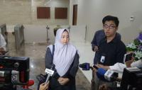 Sambangi Bareskrim, Istri Mustofa Nahrawardaya Bawakan Obat