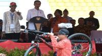 Serahkan Sertifikat Tanah di Bali, Jokowi Kembali Bagikan Sepeda