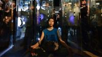 Warga Hong Kong Protes RUU Ekstradisi: Siapa Gadis yang Bermeditasi di Depan Polisi Bertameng?