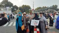Bubarkan Diri, Massa Aksi Kawal Sidang MK Berebut Foto dengan Polisi dan TNI