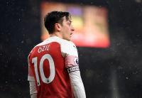 Ozil Disarankan Tiru Sikap Bergkamp jika Ingin Bertahan di Arsenal