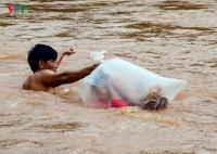 Pria di Vietnam Viral Karena Antar Anak Sekolah Menyeberang Sungai dengan Kantung Plastik