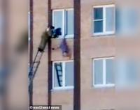 """""""Spider Granny"""" Menggantung Terbalik di Jendela Gedung Lantai 4 Usai Terpeleset"""
