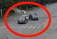 Viral, Seorang Wanita Panjat Atap Mobil karena Marah dengan Suami