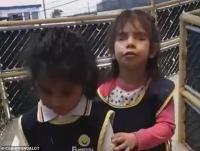 Momen Mengharukan Gadis Tunanetra Ajarkan Temannya yang Buta Menggunakan Tongkat