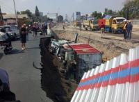 <i>Underpass</i> Kentungan Yogyakarta Longsor, Dua Mobil Terguling