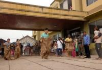 Pencari Suaka Antusias Ikut Lomba Balap Karung & Makan Kerupuk