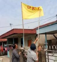 Seorang Pria Tua Diamankan Setelah Kibarkan Bendera Bertuliskan PKI
