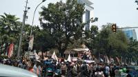 Tolak Ganjil-Genap, Ratusan Pengemudi Taksi <i>Online</i> Unjuk Rasa di Depan Balai Kota