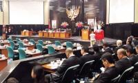 Bagi-Bagi Pin Emas 'Kebudayaan' Anggota DPRD DKI saat Pelantikan