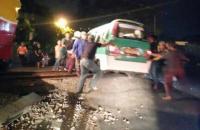 Viral Angkot Nyaris Tertabrak KRL karena Ban Jeblos