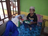 Kisah Bocah SD Rawat Ibu Kandungnya yang Sakit Stroke