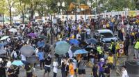 Massa Pro-Demokrasi Kepung Menteri Hong Kong yang Terjebak di Mobil