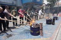Jalankan Fungsi Community Protector, Bea Cukai Gresik Musnahkan Puluhan Ribu Barang Ilegal