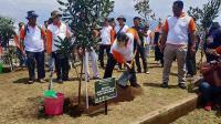 Ke Malang, Menteri LHK Tanam Pohon Kacang Termahal di Dunia