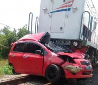 Kereta Kaligung Tabrak Mobil di Kendal, 2 Orang Tewas